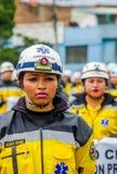 基多,厄瓜多尔- 2018年1月31日:关闭未认出的妇女佩带的制服和hekmet在节日游行期间  免版税图库摄影