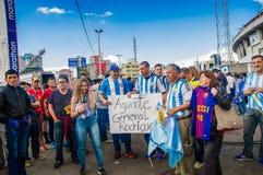 基多,厄瓜多尔- 2017年10月11日:关闭穿他的正式橄榄球衬衣和支持他的阿根廷爱好者 免版税库存图片