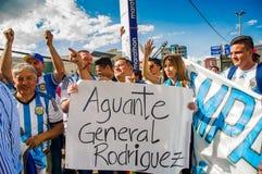 基多,厄瓜多尔- 2017年10月11日:关闭穿他的正式橄榄球衬衣和支持他的阿根廷爱好者 免版税图库摄影