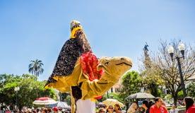 基多,厄瓜多尔- 2018年1月11日:关闭穿圣人的服装未认出的人乘坐一头假骆驼,和 免版税图库摄影