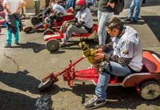 基多,厄瓜多尔- 2018年1月31日:关闭赛跑在都市路的未认出的人一辆木汽车在里面 图库摄影