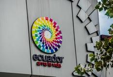 基多,厄瓜多尔- 2017年1月02日:厄瓜多尔爱的标志词室外看法与商标的生活在a墙壁  库存图片
