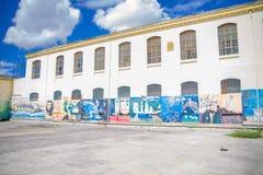 基多,厄瓜多尔- 2016年11月23日:在后院墙壁的艺术在老监狱刑事加西亚莫尔诺里面在城市  免版税库存照片