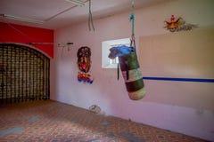 基多,厄瓜多尔- 2016年11月23日:在老离开的坚固性大厦里面的沙子袋子,与在墙壁的一些艺术,  免版税库存图片