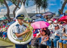 基多,厄瓜多尔- 2018年1月31日:在节日游行期间,未认出的goup人佩带的贝雷帽和使用吹小号 库存图片