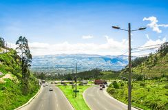 基多,厄瓜多尔- 2017年11月23日:在西蒙・波利瓦高速公路上看法在参观在a的市政转储的山的 免版税库存图片