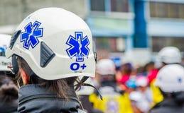 基多,厄瓜多尔- 2018年1月31日:在a期间,关闭一件盔甲的选择聚焦在一名年轻警察妇女的头的 库存图片