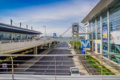 基多,厄瓜多尔- 2017年11月23日:城市的苏克雷元帅国际机场的美好的室外看法  免版税库存图片