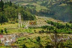 基多,厄瓜多尔- 2017年9月10日:基多,耸立在历史的老镇上的厄瓜多尔大教堂  库存照片