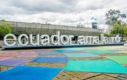 基多,厄瓜多尔- 2017年1月02日:室外看法厄瓜多尔爱的巨大的词在边路的生活,位于 库存照片