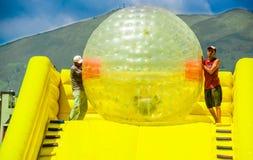 基多,厄瓜多尔- 2017年11月28日:室外观点的在的巨型可膨胀的球里面的未认出的青年人在a 库存图片