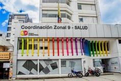 基多,厄瓜多尔- 2017年1月02日:带状协调9的标志词的室外看法-与商标的健康在 免版税图库摄影