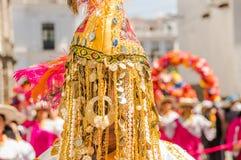 基多,厄瓜多尔- 2018年1月11日:戴着与金黄小珠的室外观点的未认出的人民一个面具,跳舞在 库存照片