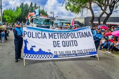 基多,厄瓜多尔- 2018年1月31日:拿着与卡车的室外观点的unidentifed妇女一个情报标志有很多  库存图片