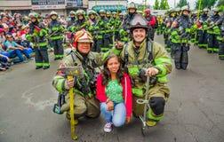 基多,厄瓜多尔- 2018年1月31日:摆在为与一个小组的一张图片的未认出的妇女消防队员佩带a的` s队 库存照片