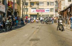 基多,厄瓜多尔- 2018年1月31日:未认出的人民在市区的等待种族木汽车在街道  免版税库存照片