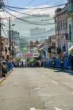 基多,厄瓜多尔- 2018年1月31日:未认出的人民在市区的等待种族木汽车在街道  库存图片