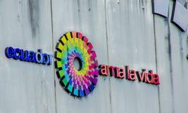 基多,厄瓜多尔- 2017年1月02日:标志的室外看法措辞厄瓜多尔爱与商标的生活在a墙壁  免版税库存照片