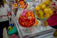 基多,厄瓜多尔- 2016年11月23日:水果沙拉和橙色果子在一个大玻璃杯子里面,在市政市场上 免版税库存照片