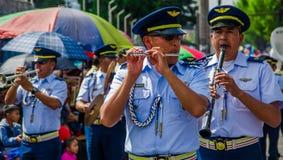 基多,厄瓜多尔- 2018年1月31日:演奏长笛的未认出的人民在一次游行期间在基多,厄瓜多尔 库存图片