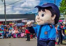 基多,厄瓜多尔- 2018年1月31日:的未认出的人穿大城市警察的木偶服装室外观点  免版税库存图片