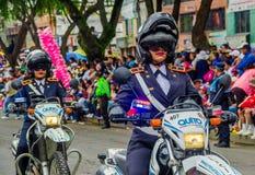 基多,厄瓜多尔- 2018年1月31日:的未认出的妇女穿警察制服和驾驶摩托车的室外观点 库存照片