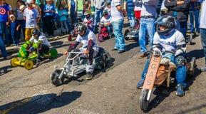 基多,厄瓜多尔- 2018年1月31日:的未认出的男孩赛跑在市街道的室外观点一辆木汽车基多 免版税图库摄影