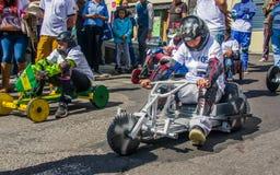 基多,厄瓜多尔- 2018年1月31日:的未认出的男孩赛跑在市街道的室外观点一辆木汽车基多 免版税库存照片
