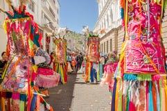 基多,厄瓜多尔- 2018年1月11日:穿有羽毛的室外观点的未认出的人民五颜六色的衣裳和 免版税库存图片