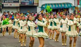 基多,厄瓜多尔- 2018年1月31日:穿游行的小组年轻学校学生女孩制服在基多 库存照片
