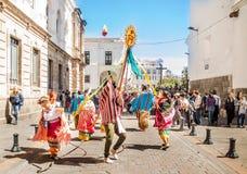 基多,厄瓜多尔- 2018年1月11日:穿美丽的礼服和草帽的室外观点的未认出的人民,跳舞 库存照片