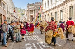 基多,厄瓜多尔- 2018年1月11日:穿美丽的礼服和草帽的室外观点的未认出的人民,跳舞 免版税库存照片