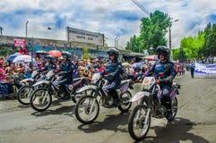 基多,厄瓜多尔- 2018年1月31日:穿警察制服和驾驶摩托车的未认出的人在游行期间  免版税图库摄影