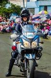 基多,厄瓜多尔- 2018年1月31日:穿警察制服和驾驶摩托车的未认出的妇女在游行期间 免版税库存图片