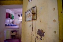 基多,厄瓜多尔- 2016年11月23日:老离开的金属门室内看法在老监狱的刑事加西亚莫尔诺的 免版税库存照片