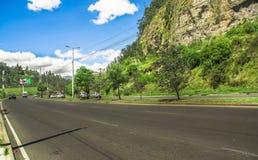 基多,厄瓜多尔- 2017年11月23日:西蒙・波利瓦高速公路室外看法在参观市政转储的山的  图库摄影
