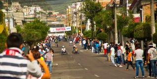 基多,厄瓜多尔- 2017年5月06日:观看在都市路的未认出的人一辆赛跑的木汽车在里面 库存照片