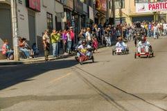 基多,厄瓜多尔- 2018年1月31日:赛跑在都市路的未认出的人一辆木汽车在城市里面街道  库存图片