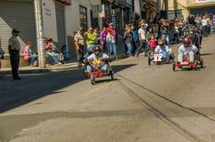 基多,厄瓜多尔- 2018年1月31日:赛跑在都市路的未认出的人一辆木汽车在城市里面街道  免版税图库摄影