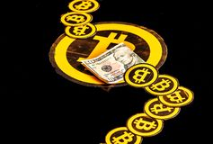 基多,厄瓜多尔- 2018年1月31日:连续结束许多bitcoin商标,与小bitcoins商标大一个和 免版税库存照片