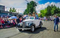 基多,厄瓜多尔- 2018年1月31日:室外观点的在一辆汽车的选美皇后在一次节日游行期间在基多,厄瓜多尔 免版税库存照片