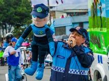 基多,厄瓜多尔- 2018年1月31日:室外观点的有一个木偶的未认出的人在他的在一次游行期间的手上在基多 库存图片