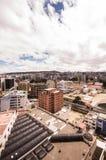 基多,厄瓜多尔07日2017年:从混合新的建筑学的基多的现代部分的美丽的景色与迷人的街道 库存图片