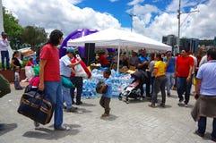 基多,厄瓜多尔- 2016年4月, 17日:提供救灾食物、衣裳、医学和水的基多的未认出的公民为ea 库存照片