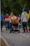 基多,厄瓜多尔- 2016年4月, 17日:有一个纸板箱子的未认出的人用里面食物,提供救灾食物,布料 免版税库存图片