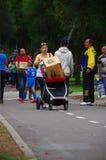 基多,厄瓜多尔- 2016年4月, 17日:有一个纸板箱子的未认出的人用里面食物,提供救灾食物,布料 库存照片