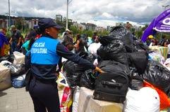 基多,厄瓜多尔- 2016年4月, 17日:看房子的人人群毁坏被地震和清洗disas的大量手段 免版税库存图片