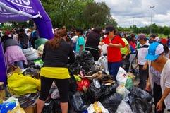 基多,厄瓜多尔- 2016年4月, 17日:看房子的人人群毁坏被地震和清洗disas的大量手段 库存照片