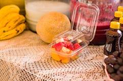 基多,厄瓜多尔2017年5月07日, :关闭在一个白色塑料盘子里面的健康水果沙拉 库存图片