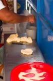 基多,厄瓜多尔2017年5月07日, :准备大量的妇女烹调自创油炸馅饼在市场上 库存照片